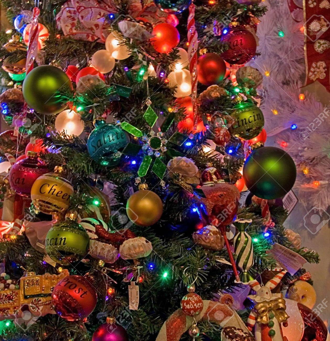 Diese Weihnachtsbaum Ist Stark Mit Vielen Verschiedenen Farbigen ...