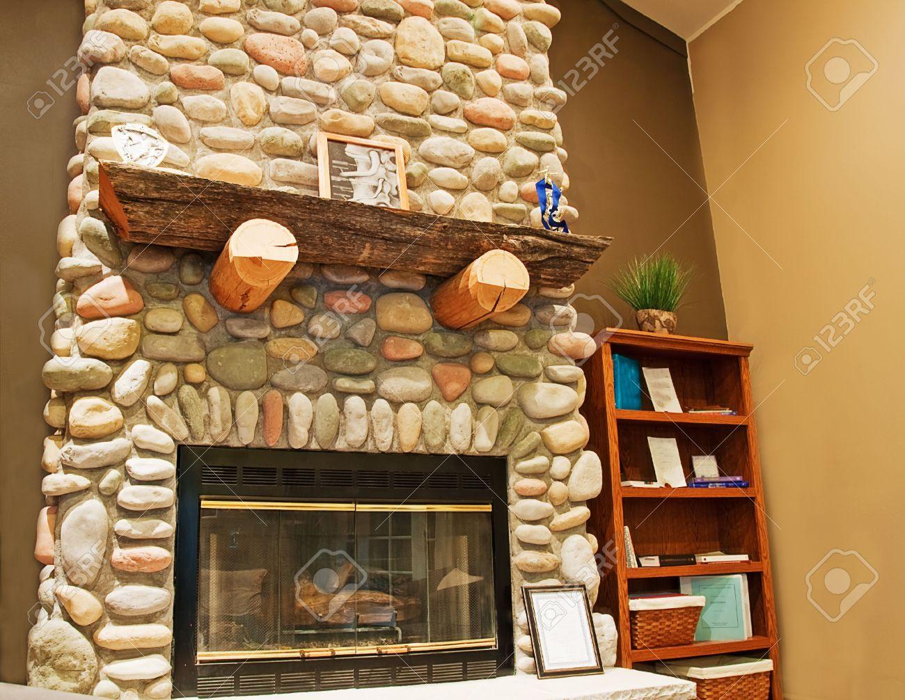 esta hermosa chimenea de piedra altura aparece en una esquina de una habitacin interior para una