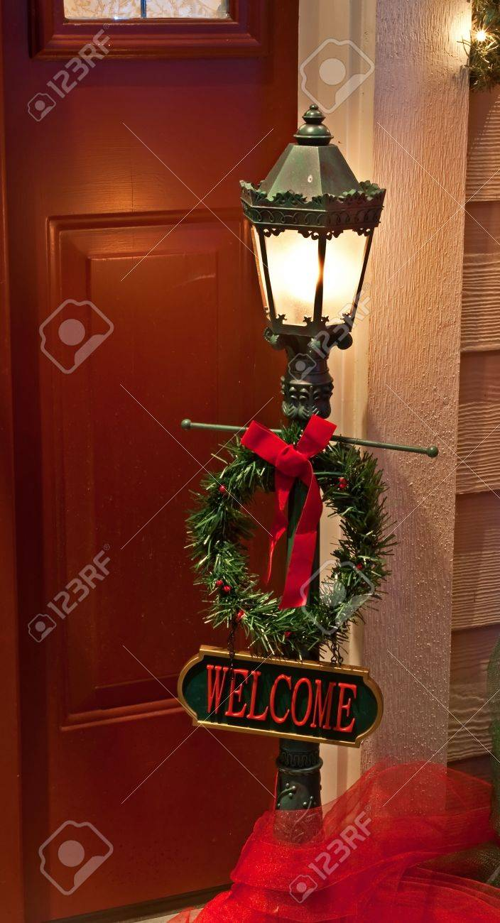 This Doorway Home Christmas Scene Is A Traditional Outdoor Lamp ...