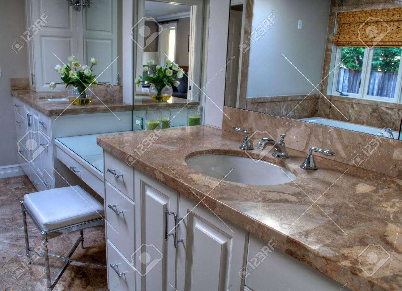 Bagno Colori Neutri : Immagini stock bagno moderno con ampie aree di vanità e lavello