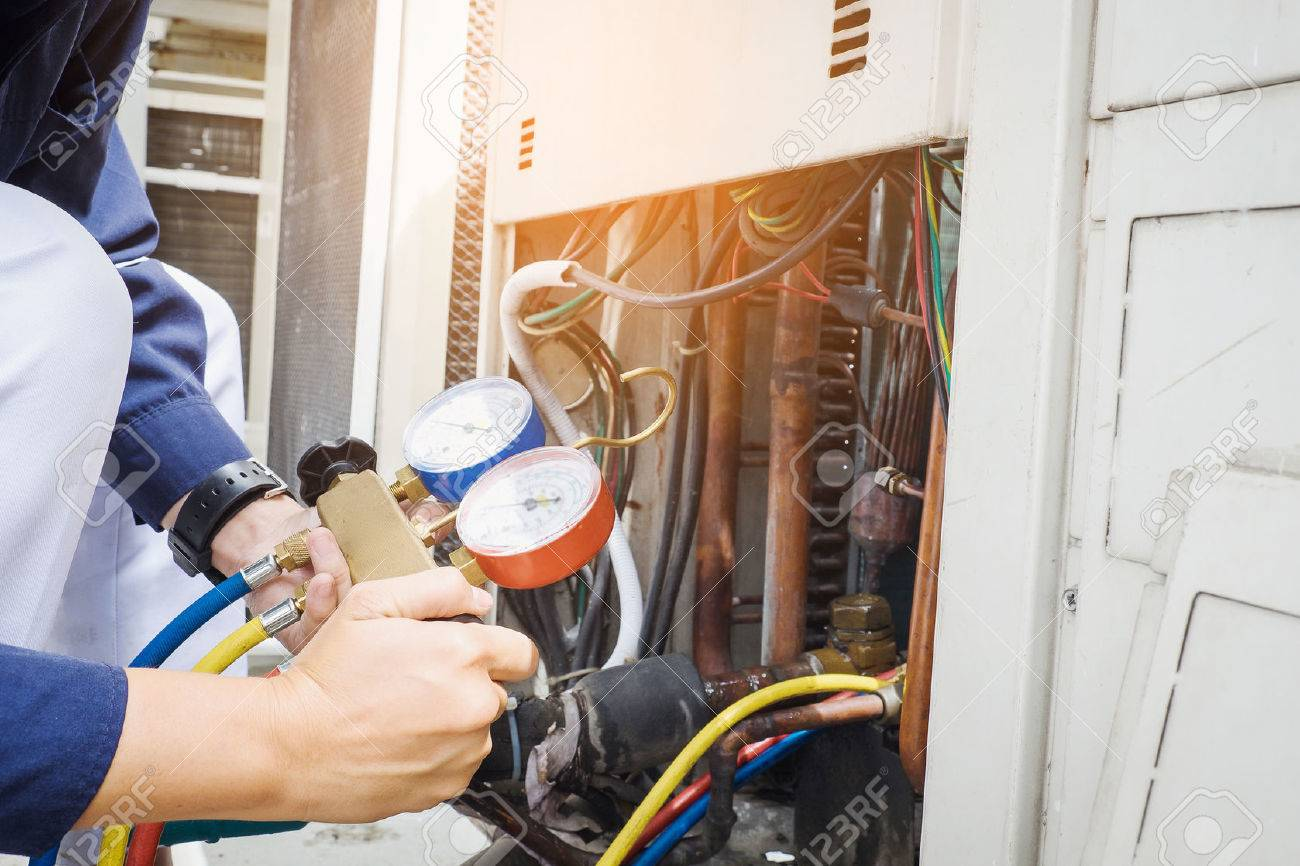 Technician is checking air conditioner - 63125165