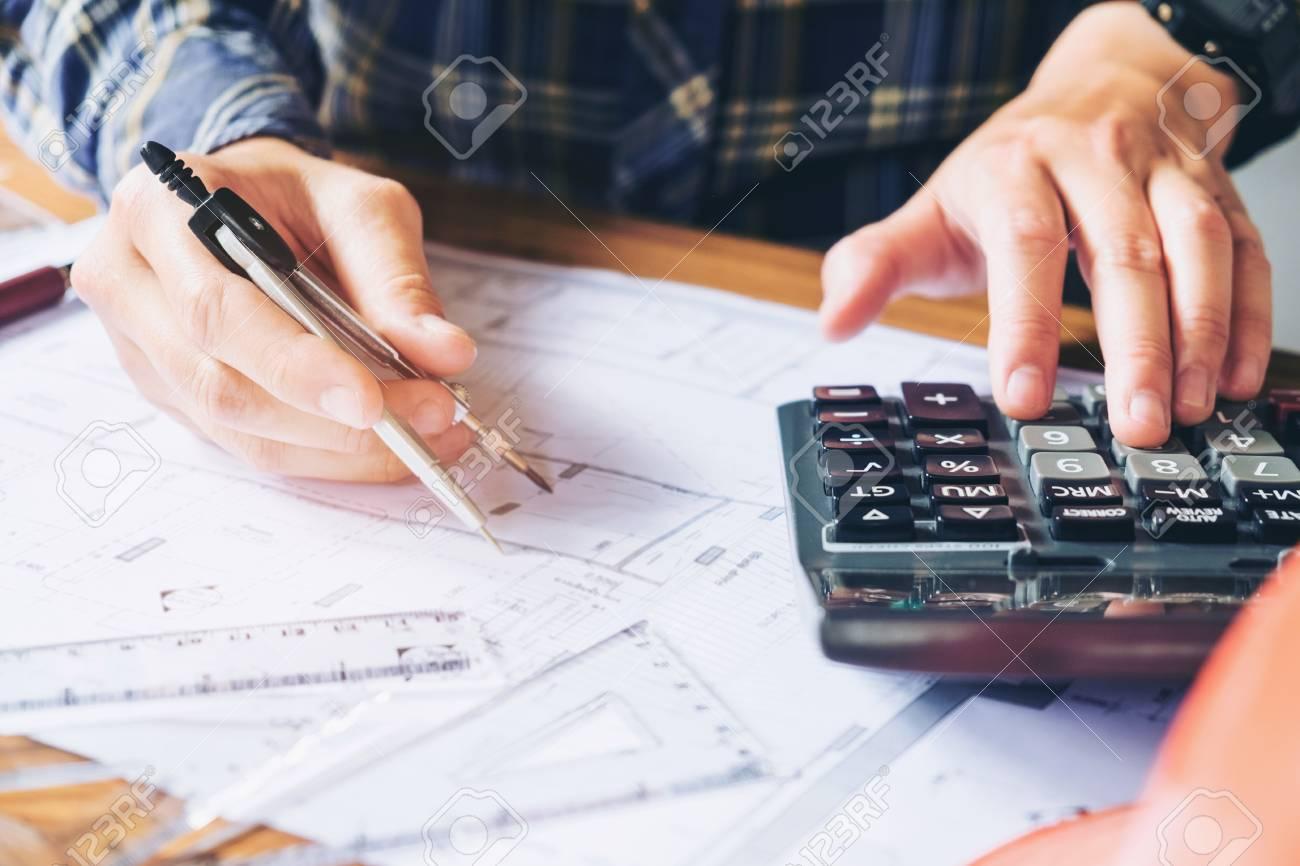 L architecte ou l ingénieur travaille au bureau sur le plan