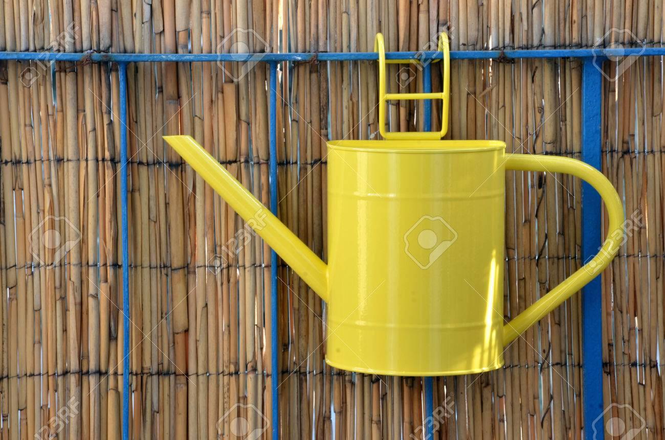 Gelbe Metall Giesskanne Topf Hangen An Balkongelander Bambuszaun