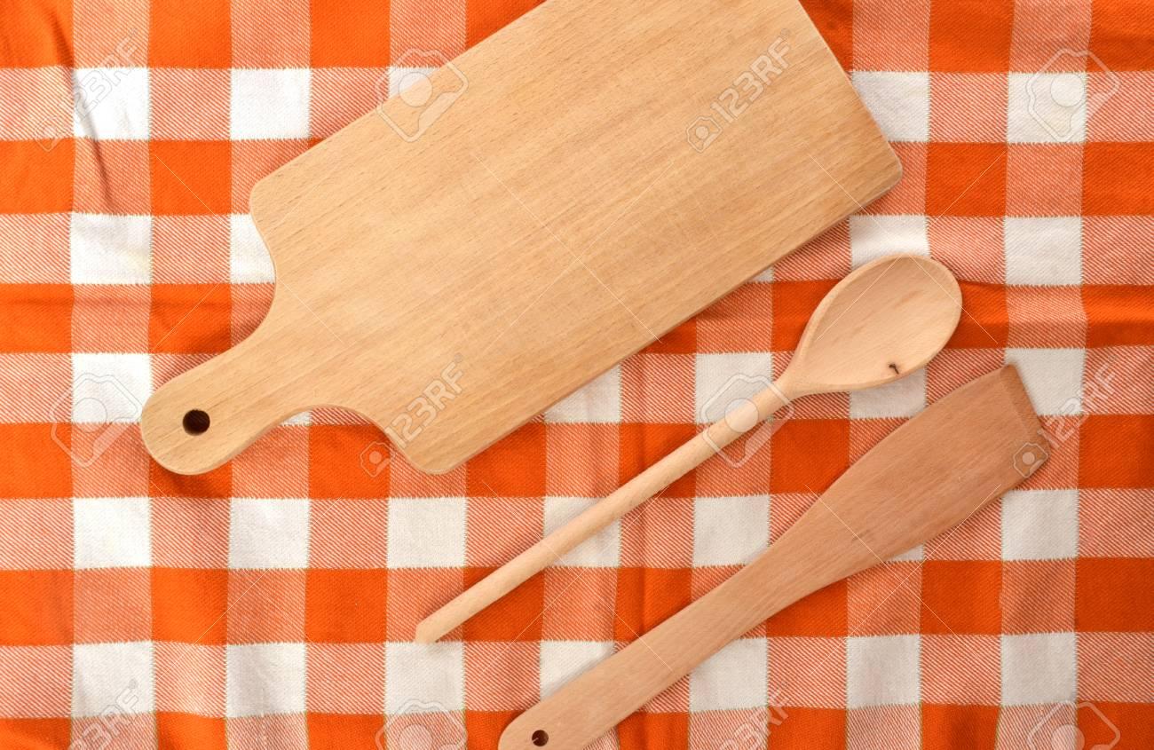 Keuken kit gemaakt van hout op geruite oranje wit dishtowel royalty