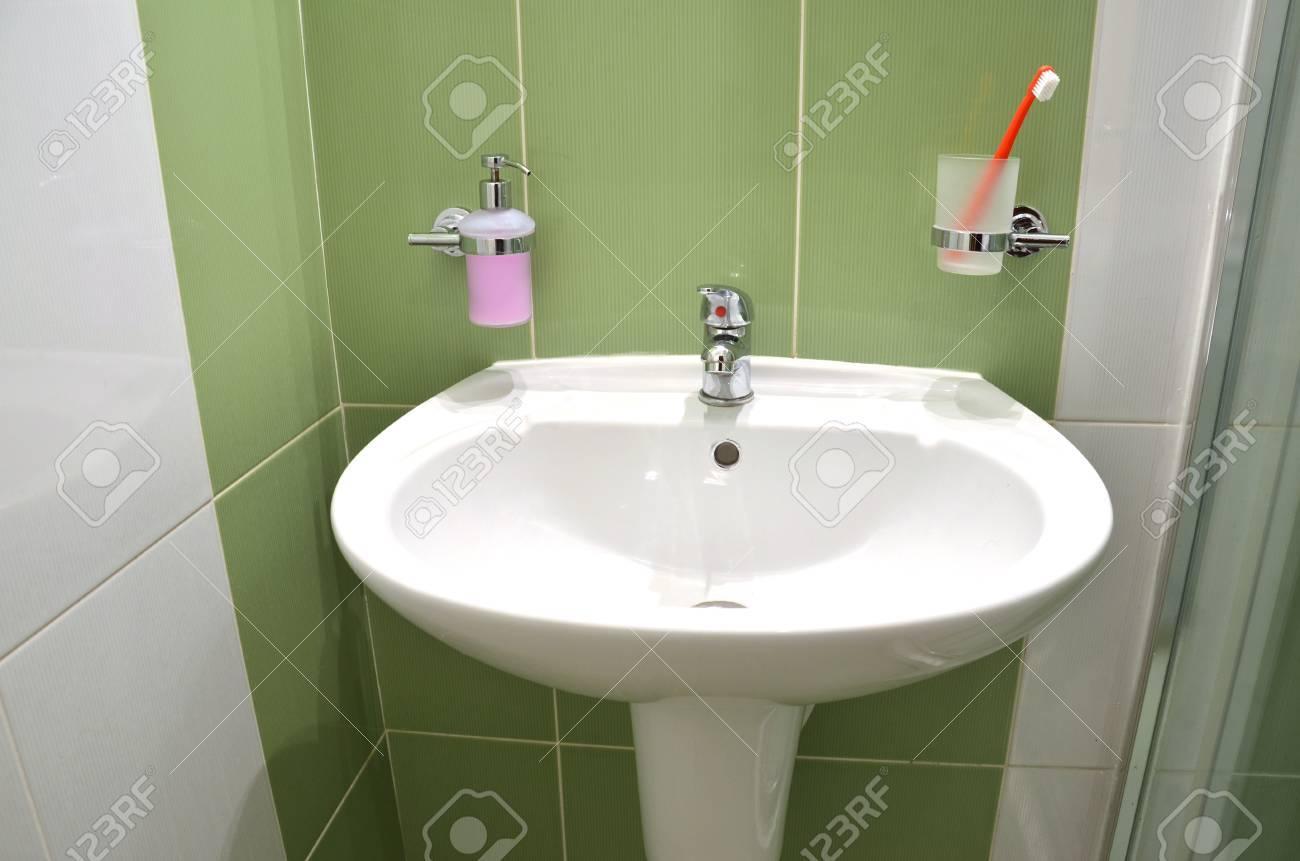 Weiße Waschbecken, Seifenbehälter Und Zahnbürste Im Glas In Weiß ...