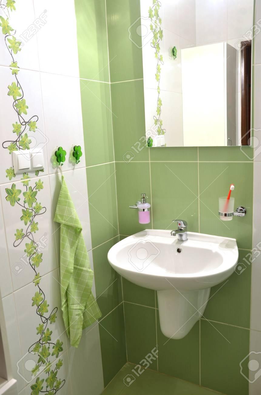 Blick In Neue Frische Grün Weiß Geflieste Badezimmer Lizenzfreie ...