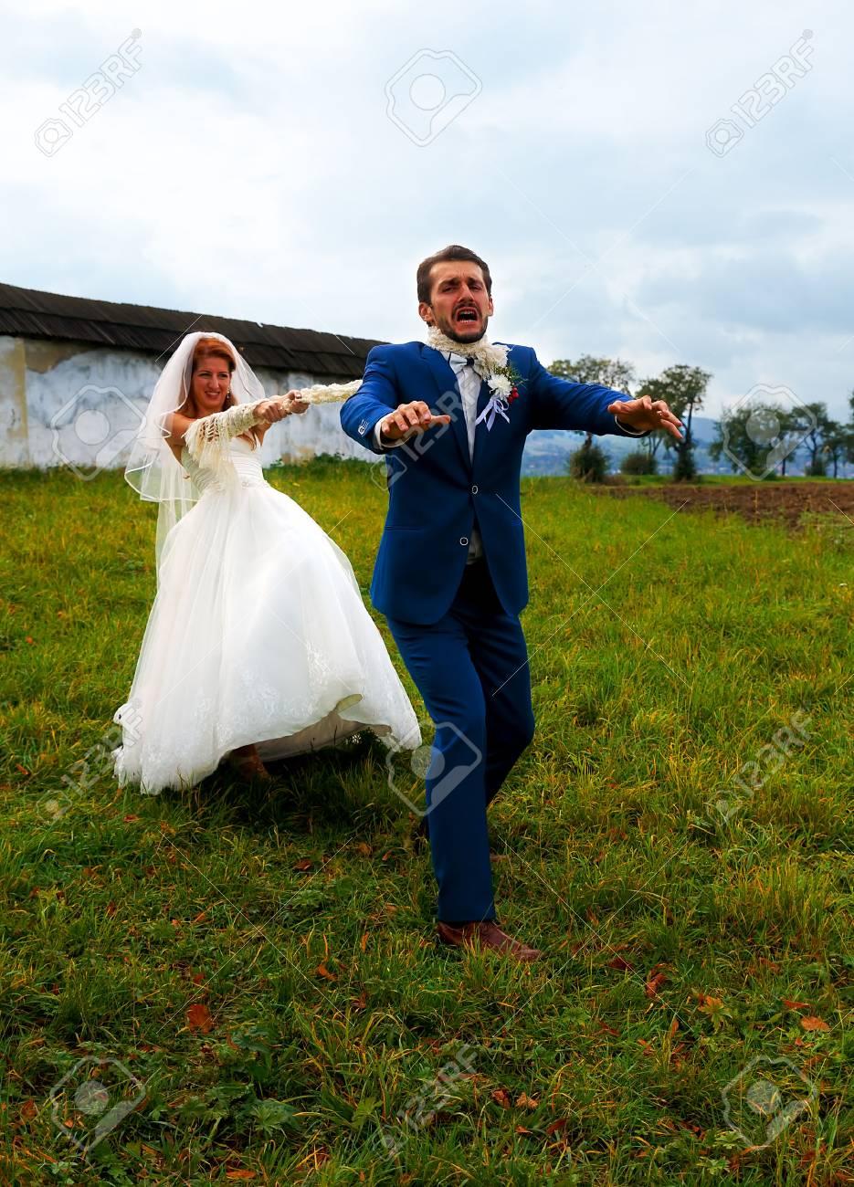 Braut Ihren Brautigam Zu Ihr Mit Einem Seil Ziehen Lustige