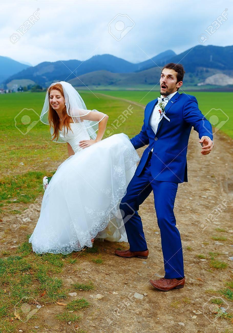 Brautigam Spaht Unter Seiner Braut Kleid Lustige Hochzeit Konzept