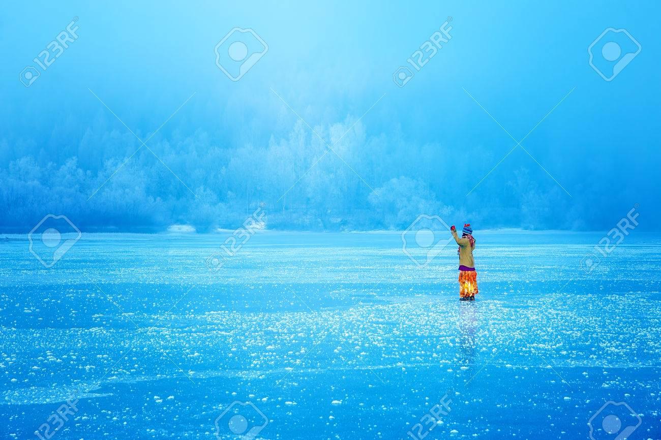 美しい民族で氷湖の女性をドレス...