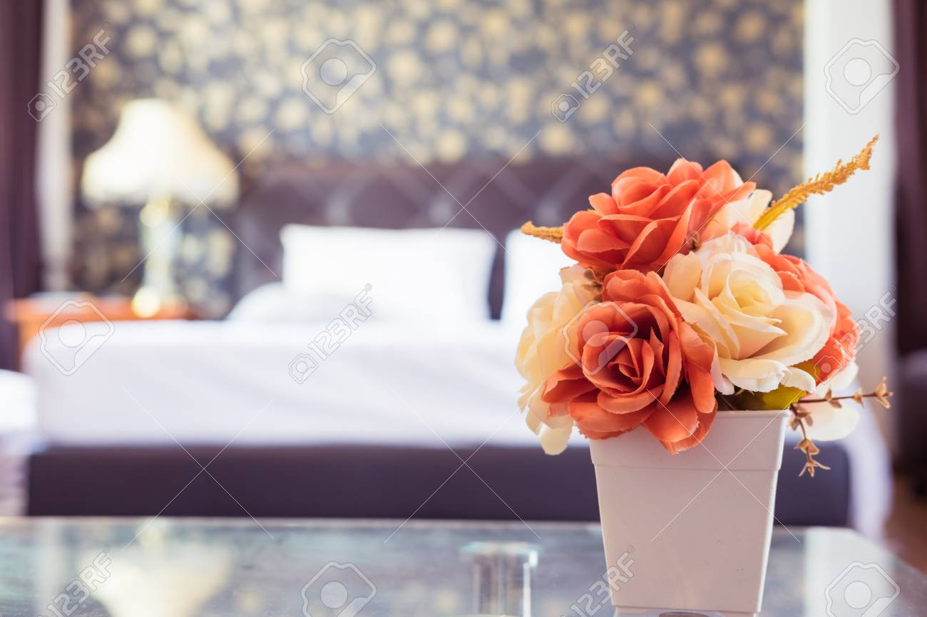 Belle Rose Orange Et Blanche Dans La Chambre à Coucher Avec Filtre ...