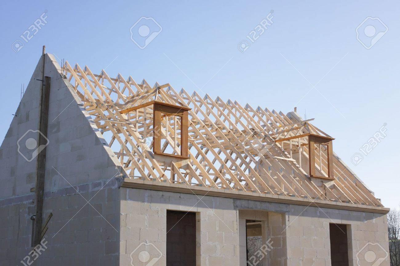 Casa En Construcción Con La Estructura Del Techo De Madera Fotos ...