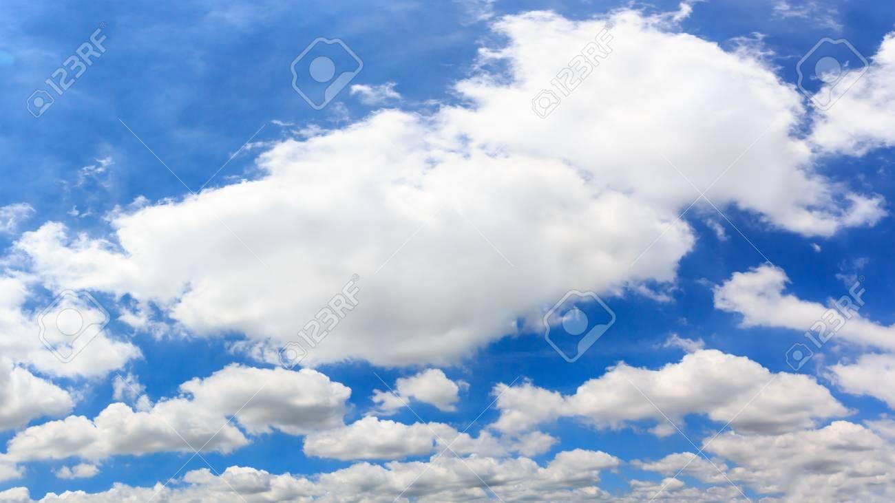 青い空を背景にパノラマ雲。高解...