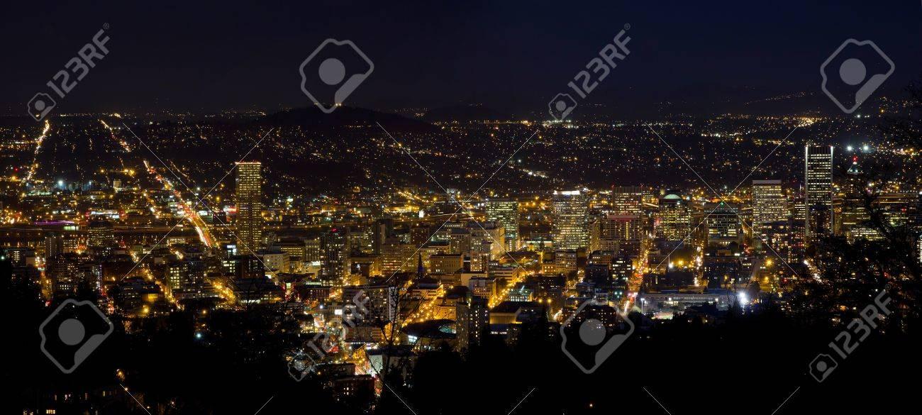 オレゴン州ポートランドのダウンタウンの街並みのパノラマの夜景 の写真素材 画像素材 Image