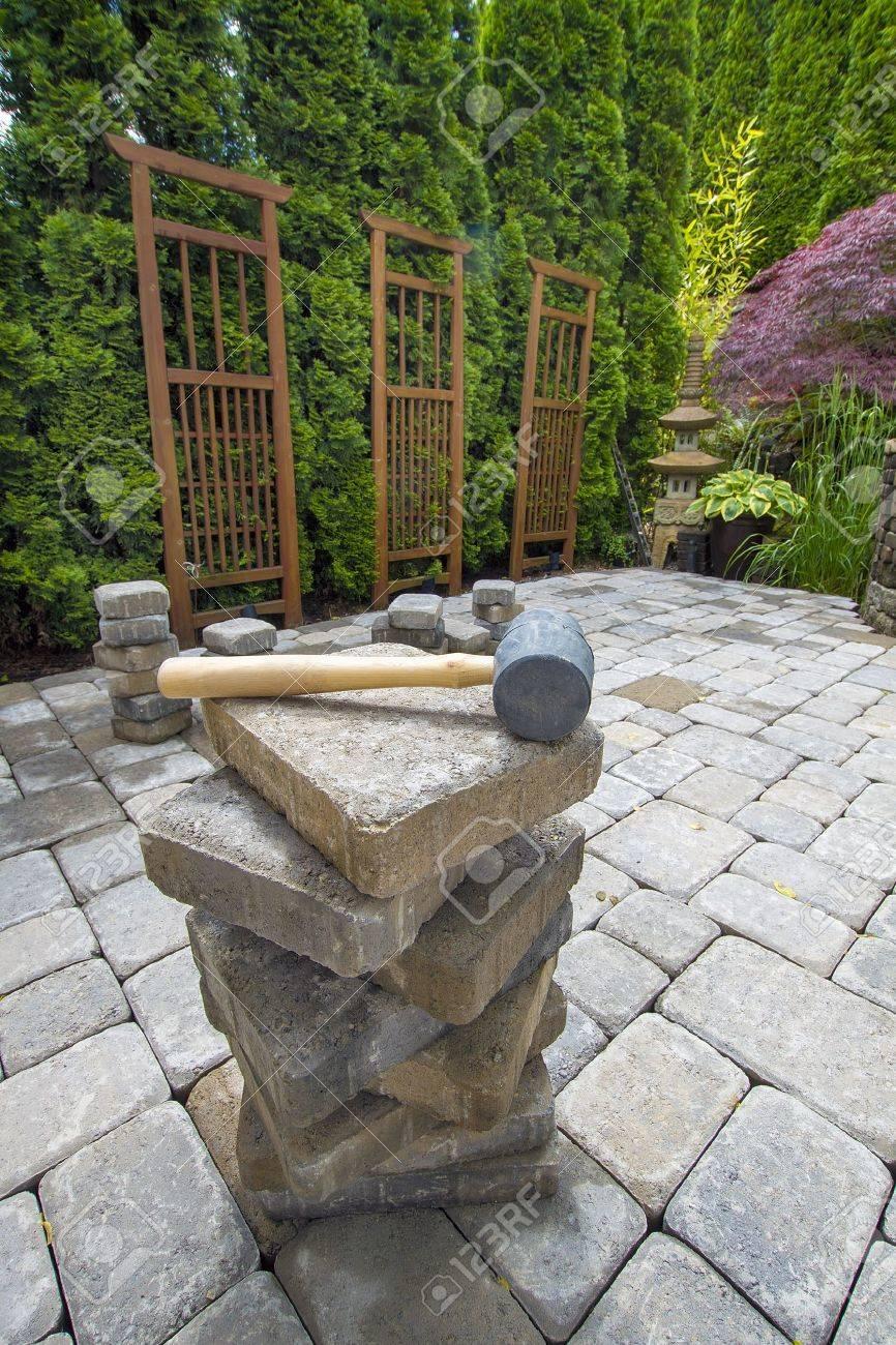 Pile De Pavés De Ciment Sur Terrasse Arrière Pour L\'aménagement ...