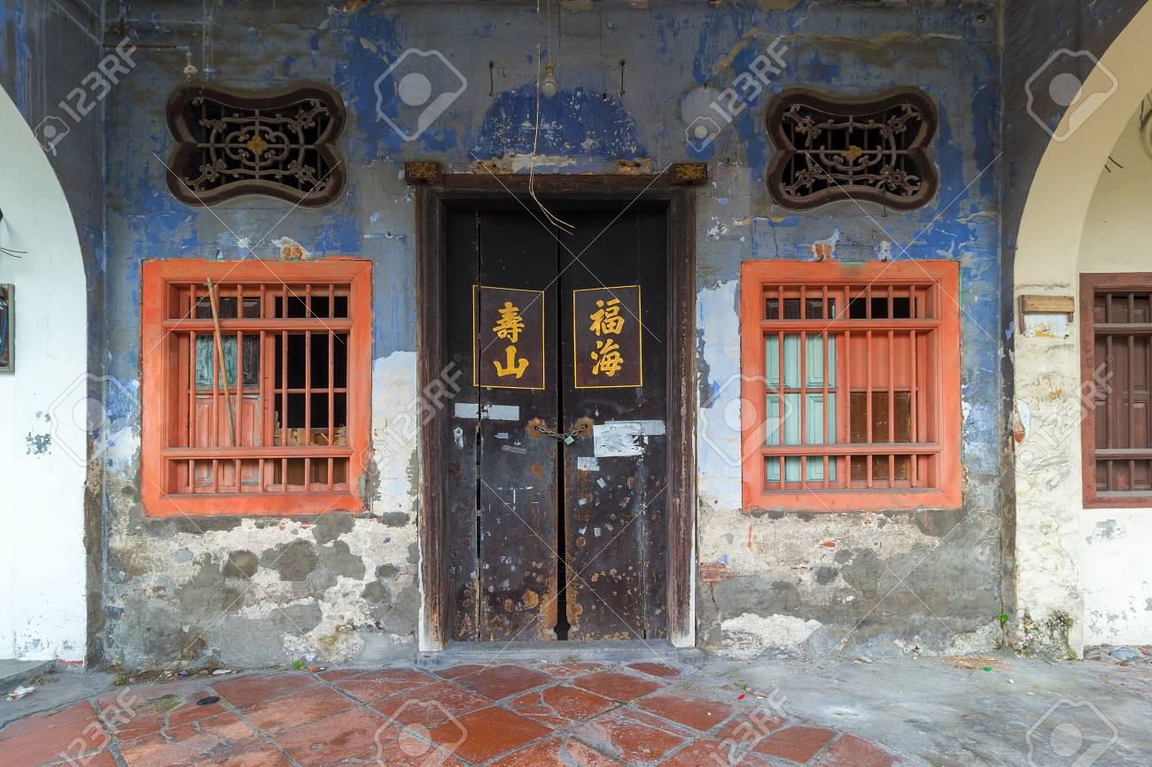 Alt Heruntergekommen Peranakan Stil Home Außen Mit Chinesischem Text ...