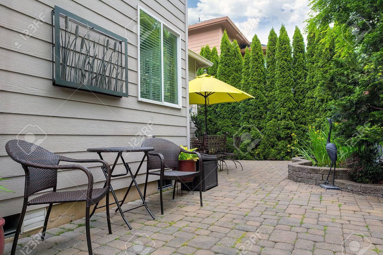 bistro stühle und tisch auf stein pflastersteine ??patio im garten