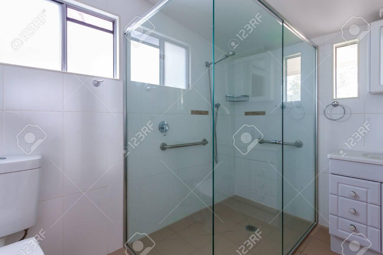 Geräumige Duschkabine Mit Glaswänden Und Sicherheitsgriffe