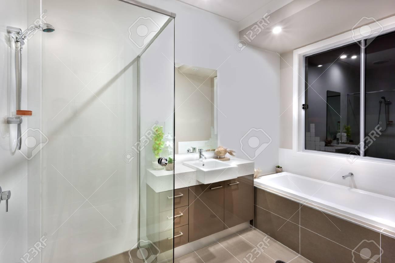Salle De Bain Mur Blanc ~ le bain d eau est longue et blanche il y a une fen tre au dessus