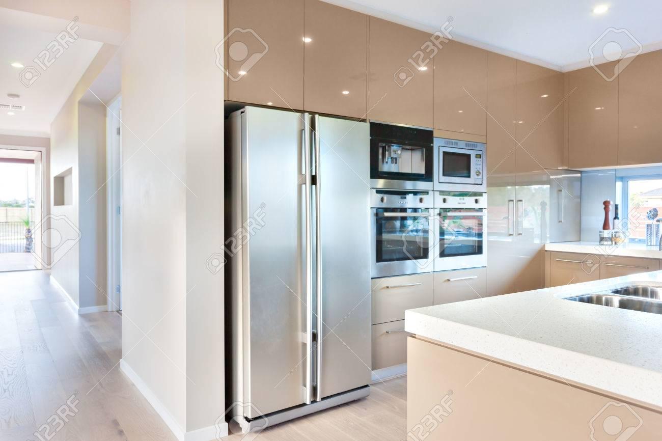 Kühlschrank Hoch : Teure und moderne geschirr einschließlich silberne farbe und hoch
