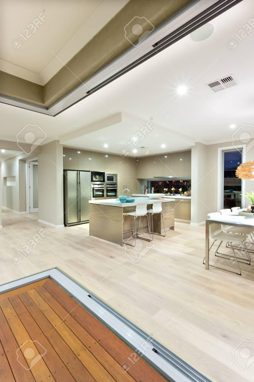Die Küche Mit Holzboden Im Haus Bereich Von Kleinen Und Weiße ...