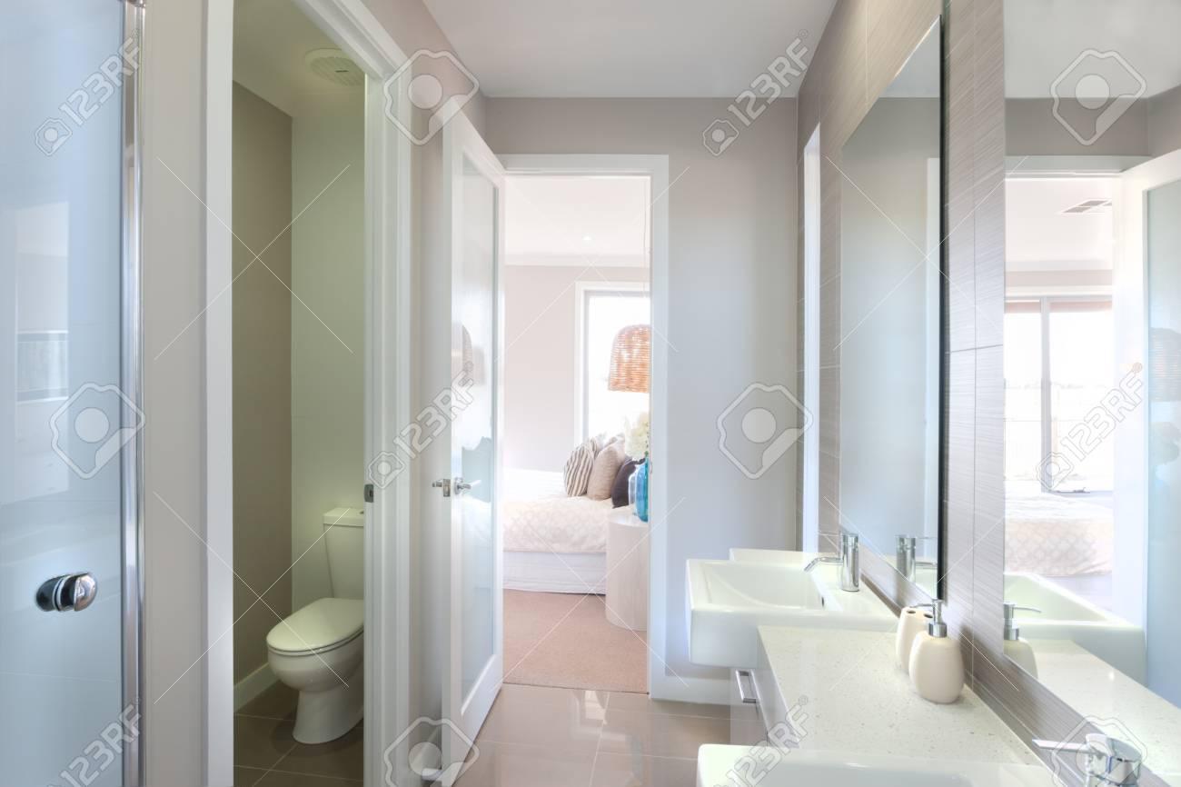 Nahaufnahme Eines Grossen Spiegel An Der Wand In Der Nahe Zum Wasserhahn Und Weisse Waschbecken Mit Flussiger Seife Flasche Die Toilettenschussel In Einem Raum Isoliert Es Gibt Einen Weg Zum Schlafzimmer Aus