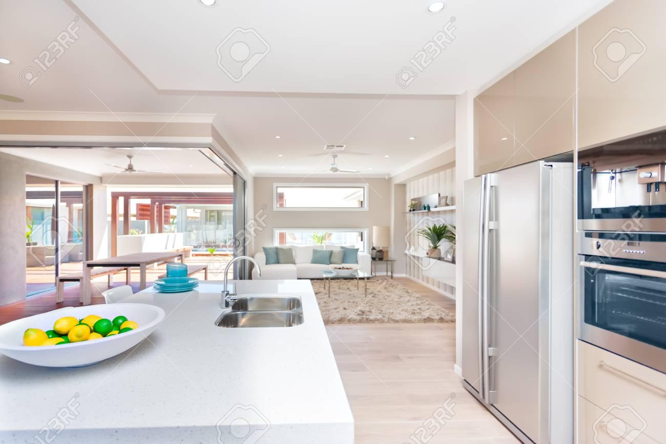 Das Innere Des Luxus Haus, Einschließlich Geschirr, Weiß Zähler Nach Oben  Tisch Mit Obst Auf Einem Weißen Teller In Der Nähe Von Einem Silbernen  Waschbecken ...