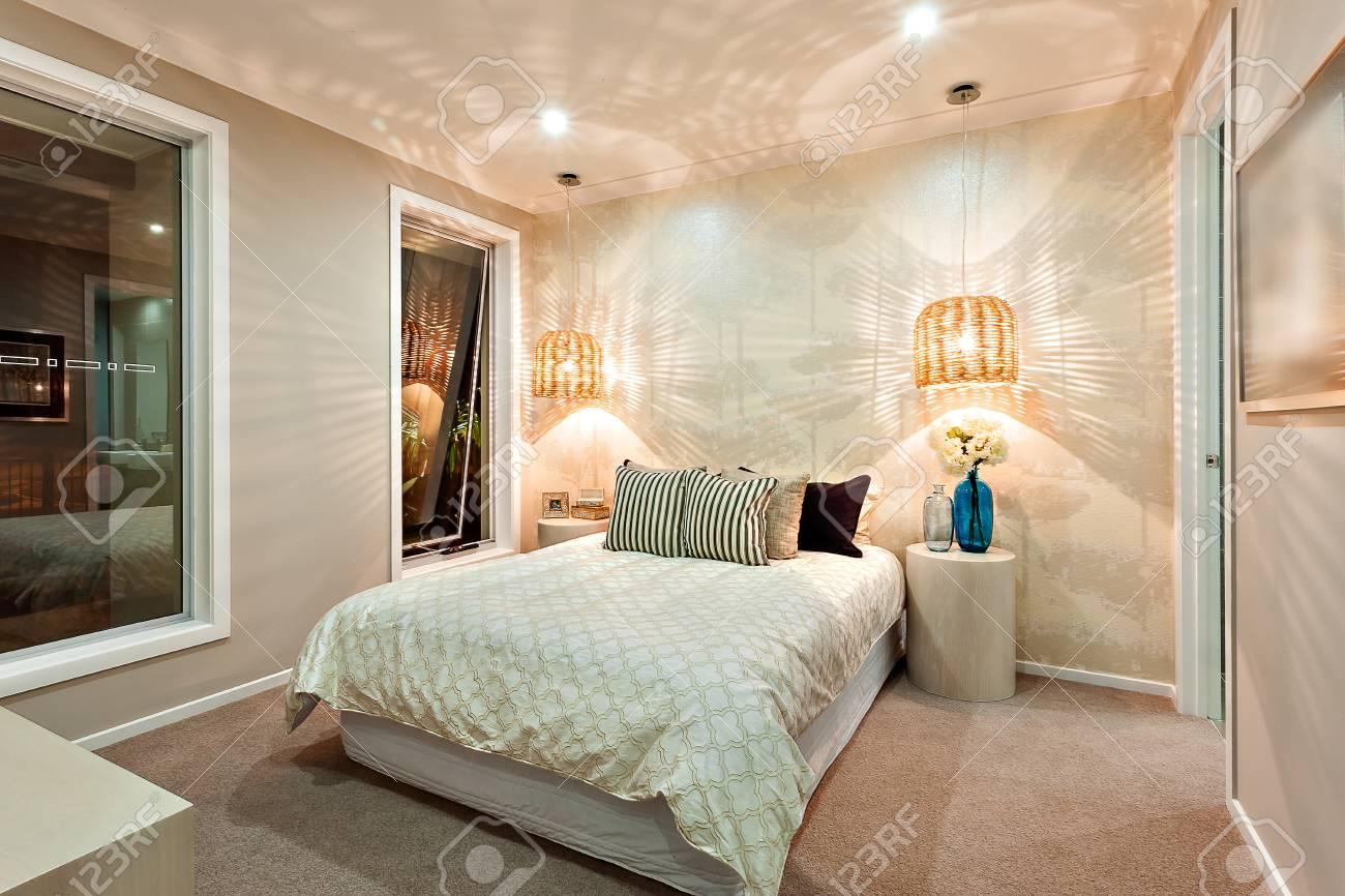 Moderne Schlafzimmer Wände Wunderschön Mit Dem Muster Eines Lichts, Das  Durch Die Bambus Oder Rattan Lampen Kam Beleuchtet, Das Zimmer Hat Ein  Riesiges Bett ...
