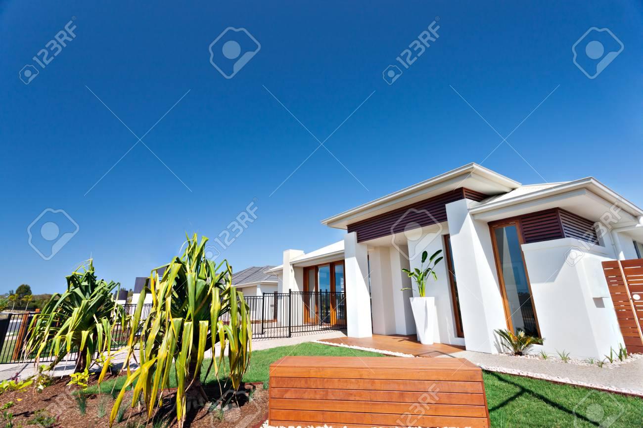 Giardini Per Case Moderne case moderne con enormi pareti bianche ha giardini con prati e piante  coltivate, per lo più ci sono pareti bianche e decorazioni bar in legno con  alte