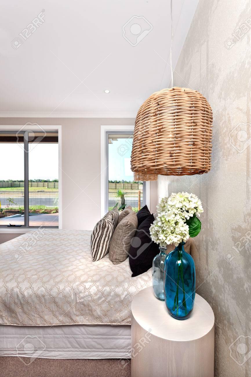 Luxus-Schlafzimmer In Einem Modernen Haus Dekoriert. Es Hängt Ein ...