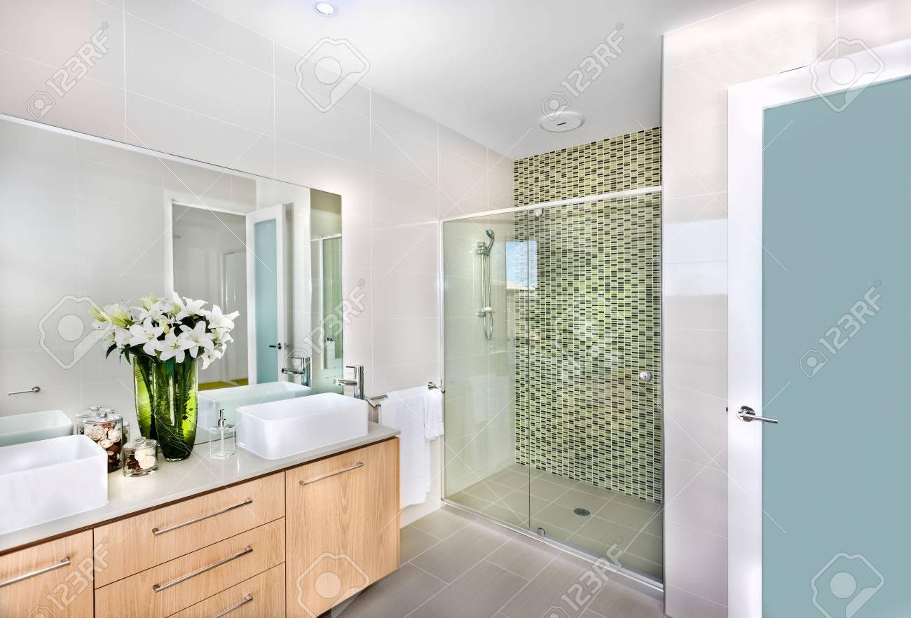 Salle de bains d\'une maison de luxuus ou à l\'hôtel prêt à l\'emploi avec des  fleurs de couleur blanc pur dans le grand vase et la couleur verte qui ...