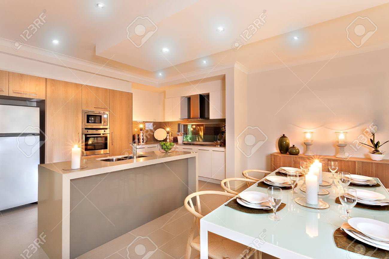Moderne Küche Mit Weißen Kühlschrank Neben Dem Wandofen Mit ...