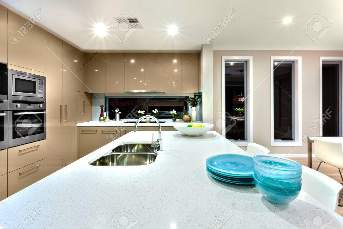Zilveren gootsteen met kraan geïnstalleerd boven en blauw en witte