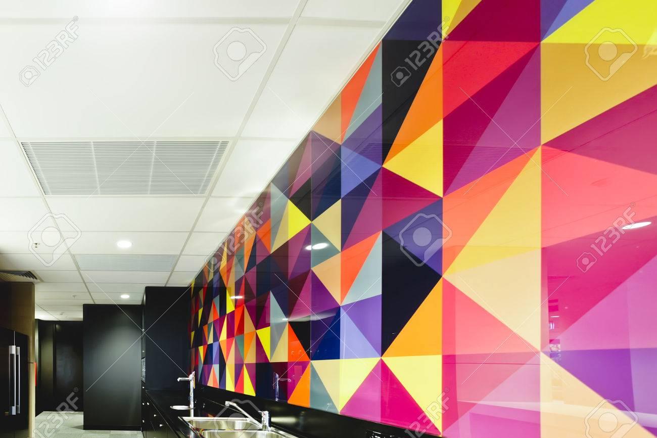 Carrelage Mural Noir Et Blanc Cuisine carrelage mural de luxe et coloré d'une cuisine avec plafond blanc et  comptoir noir