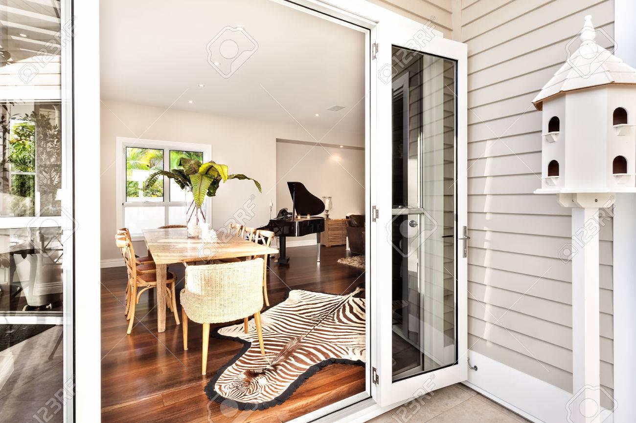 Hermosa mesa de comedor y piano con la cebra impresa alfombra en el salón  con la ventana abierta