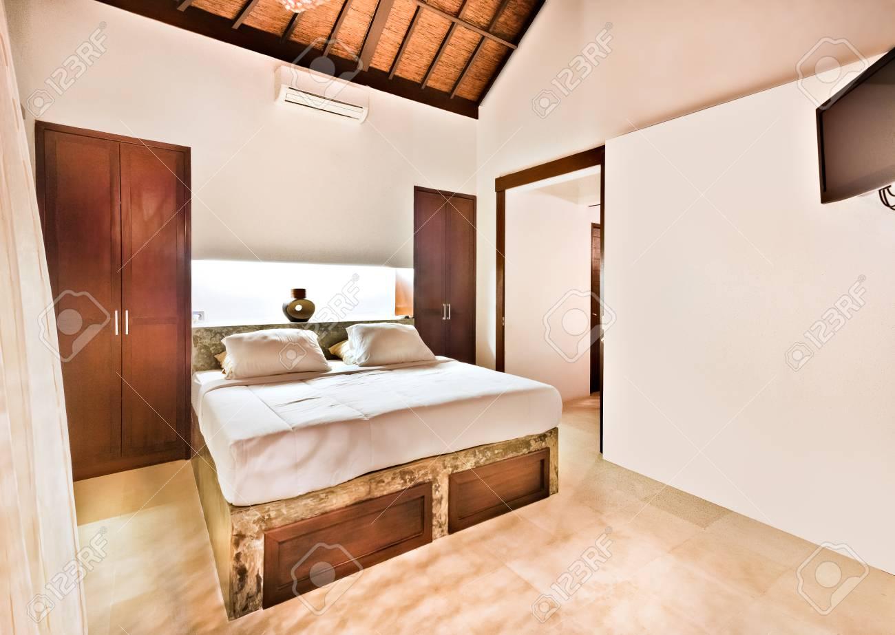 Alte Aussehende Schlafzimmer Mit Holz Zeigt Dekoriert Innen Mit Bett ...