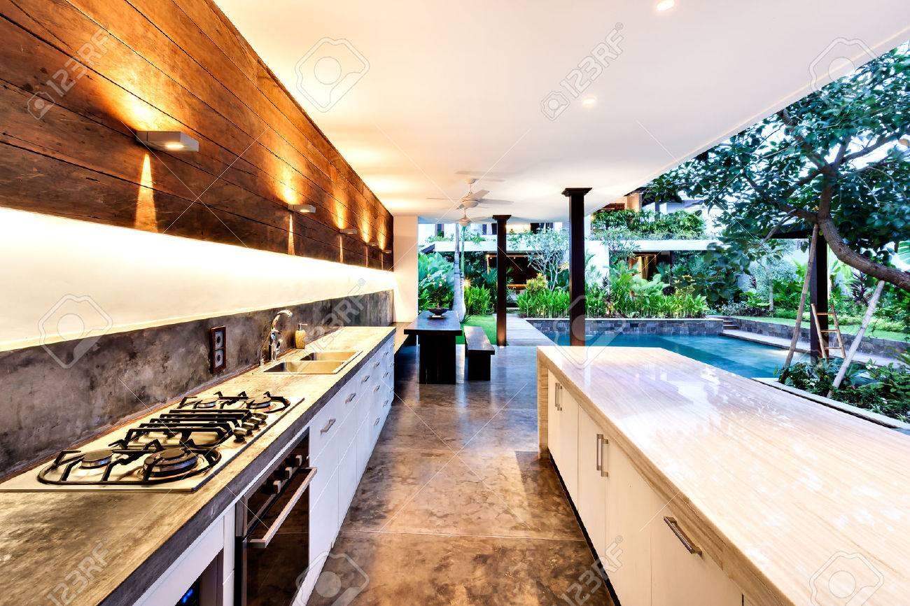 Outdoorküche Arbeitsplatte Anleitung : Outdoor küche mit herd neben eine arbeitsplatte mit einem pool im