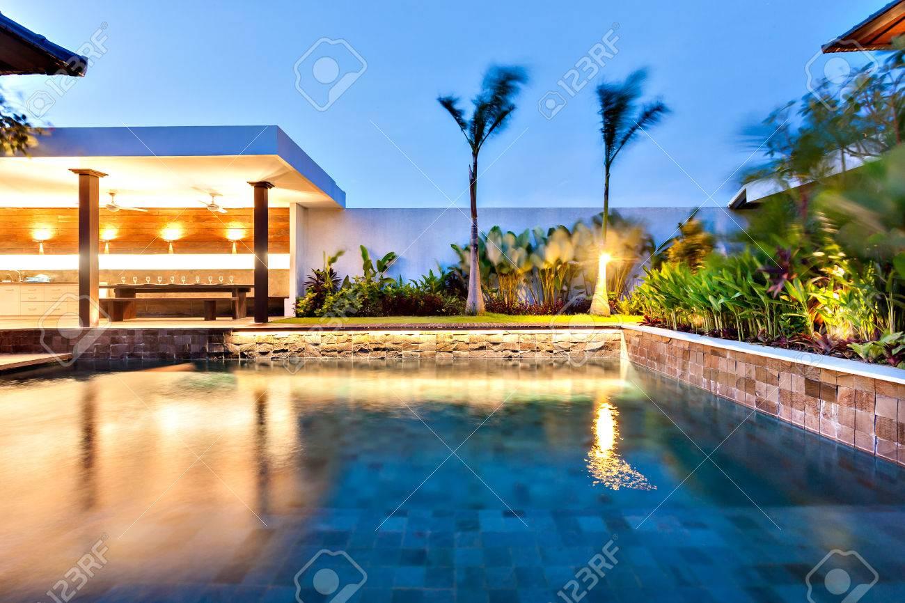 La piscine moderne illumine avec des lumières dans un hôtel ou une maison  de luxe la nuit