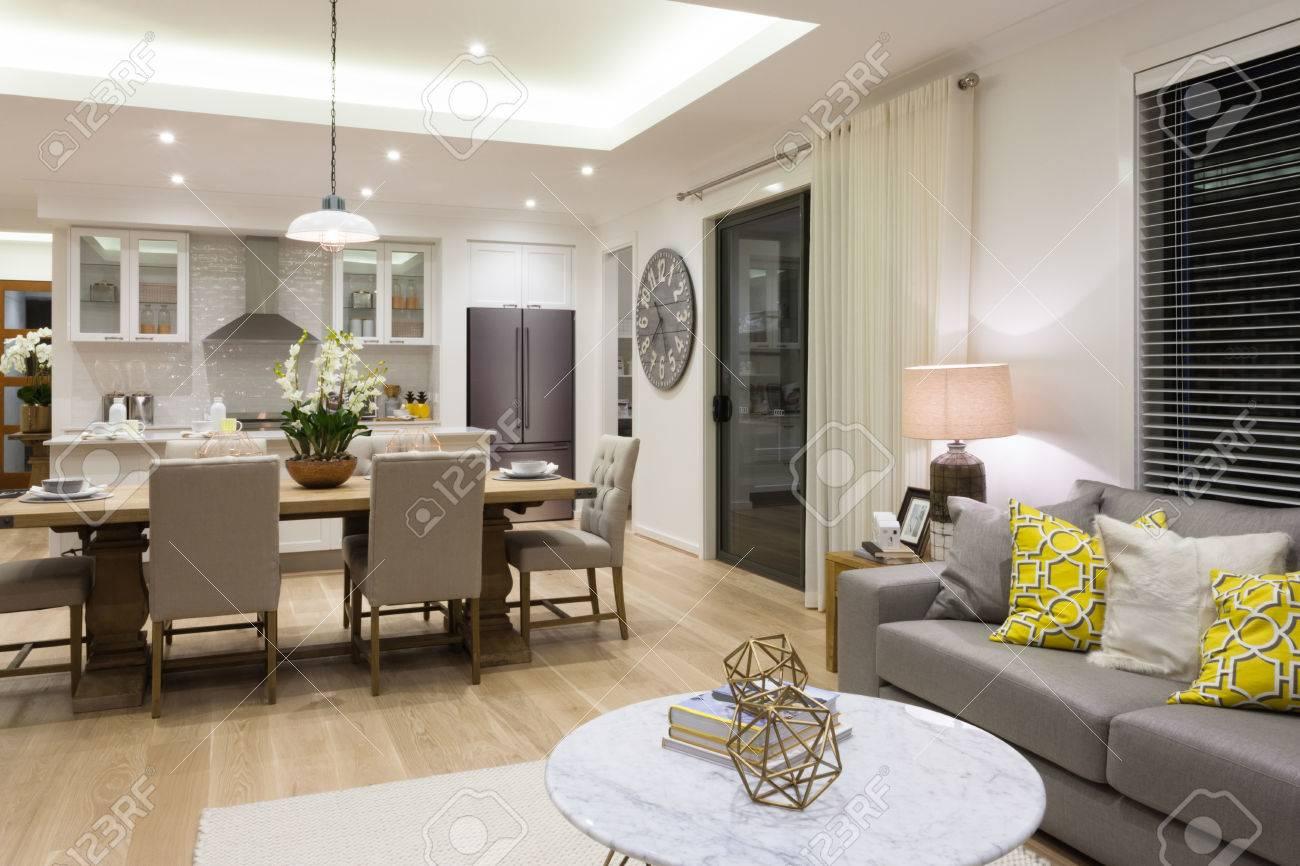 Luxus Wohnzimmer Neben Einem Esszimmer Zur Küche Angebracht