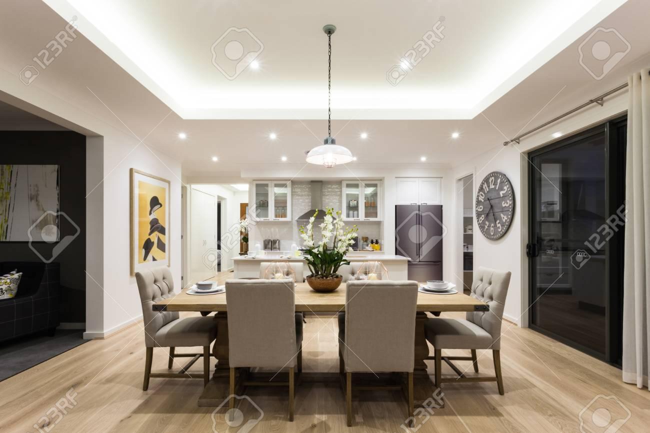 Moderne Esszimmer Mit Auf Lampen Hangen Gibt Es Stuhle Und Tisch