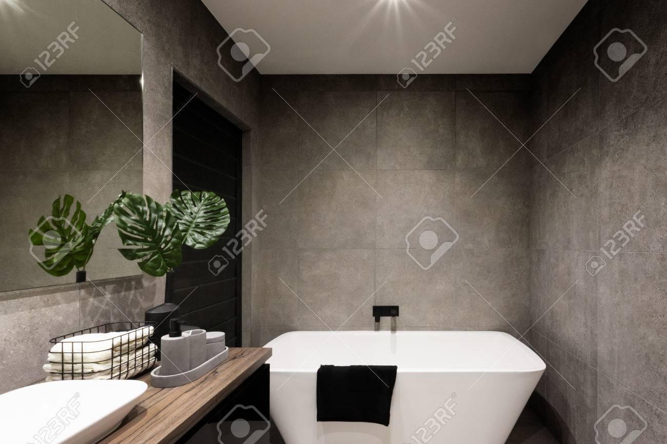 Moderne Badezimmerwand In Der Dunklen Farbe Fliesen, Die Die ...
