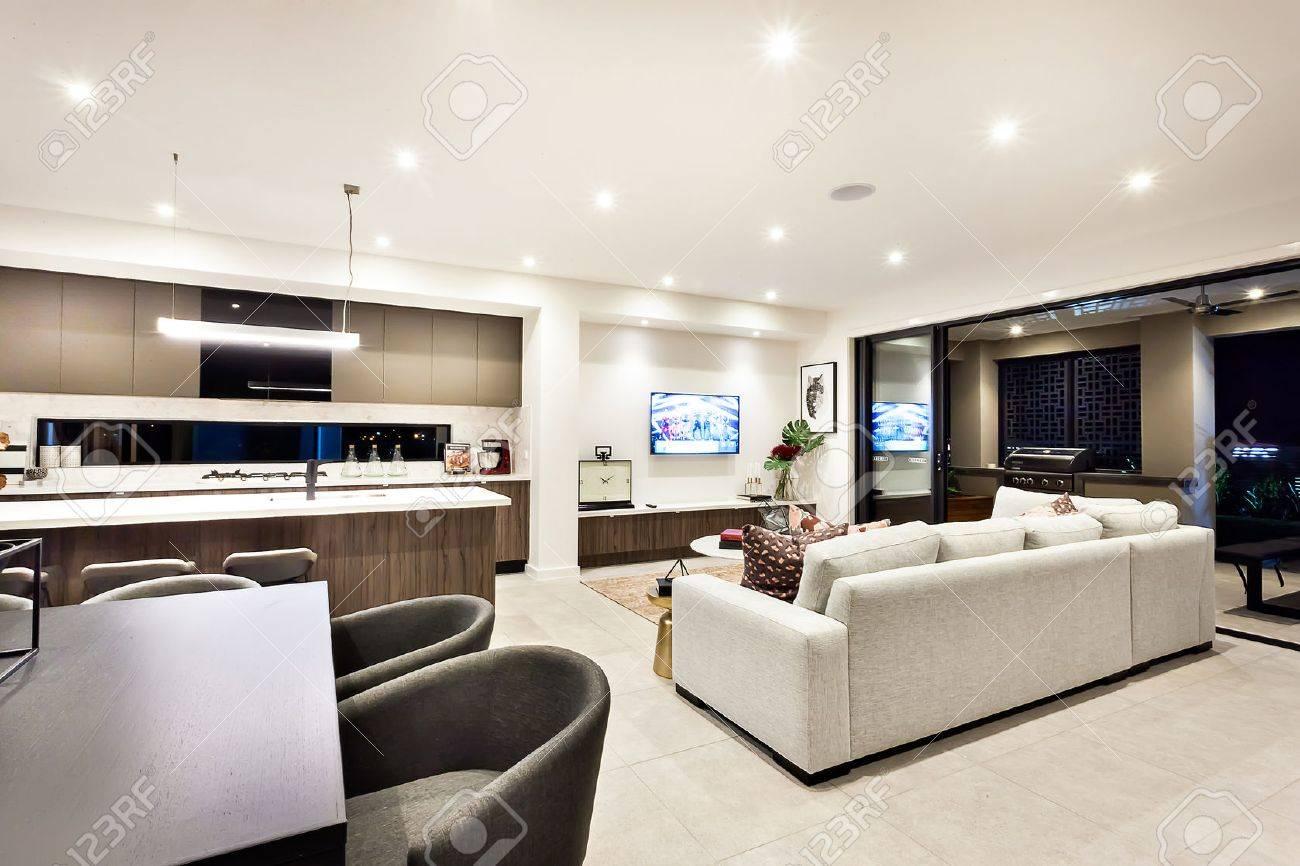 Moderne Wohnzimmer Mit Fernseher Und Sofas Und Kissen Neben Einem Essbereich  Und Küche Gibt Es Einen