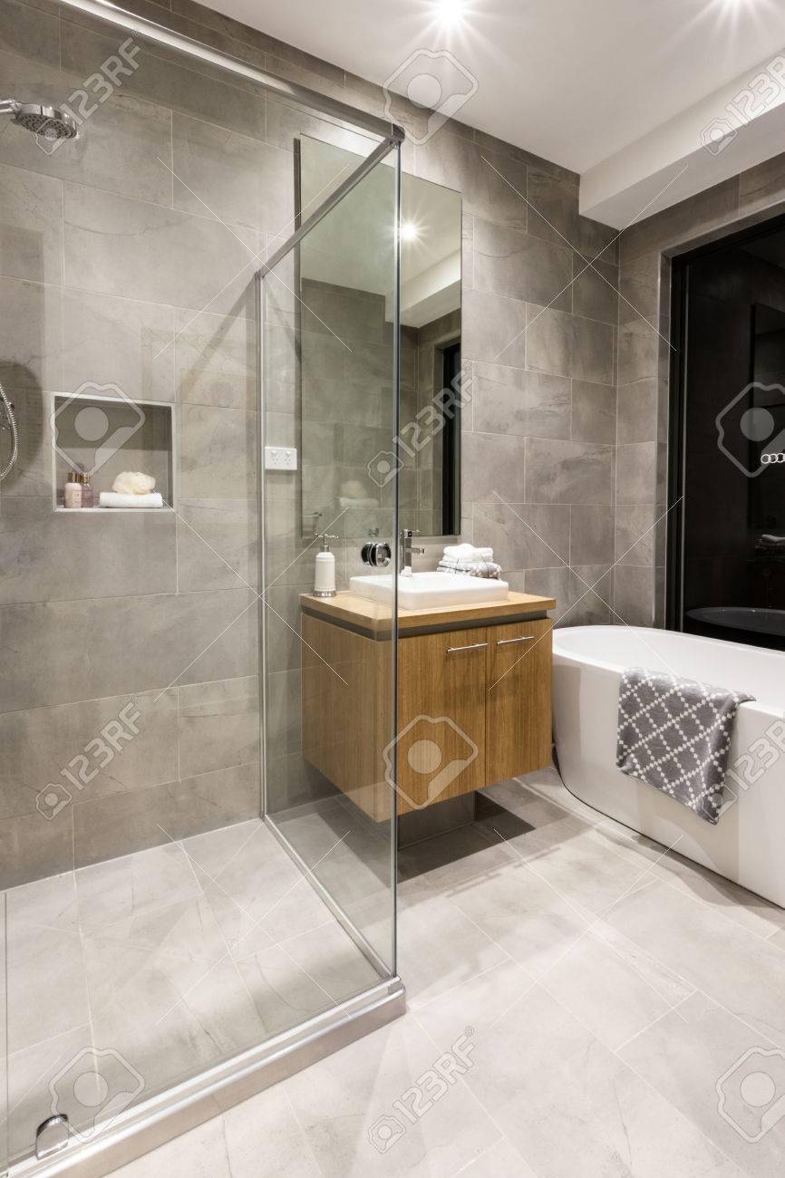 Moderne Badezimmer Mit Duschbereich Mit Glas Abgedeckt Neben Einem ...