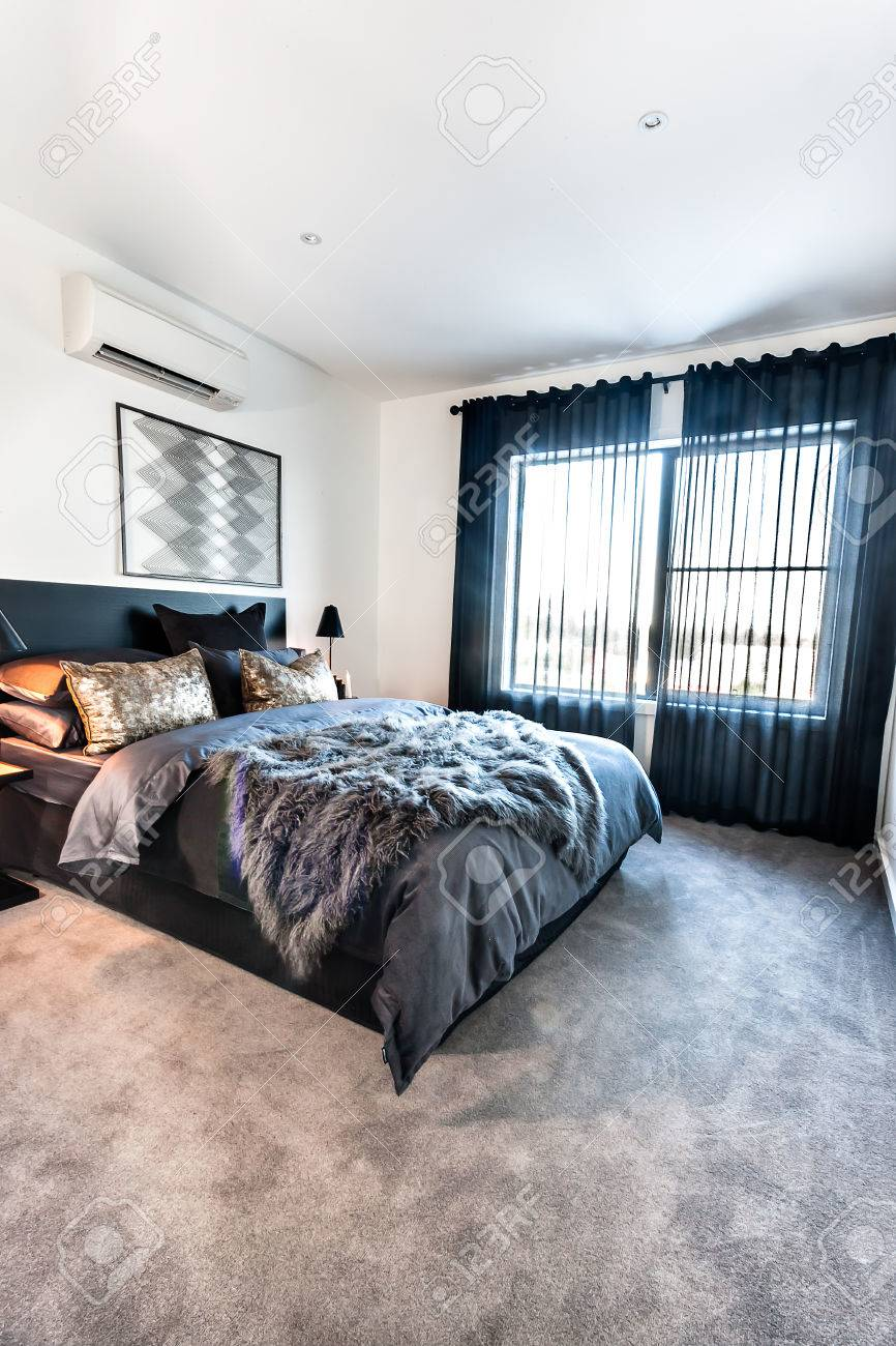 La chambre moderne avec des décorations en couleur foncée comprenait une  couverture en laine et des rideaux noirs sur le tapis de sol