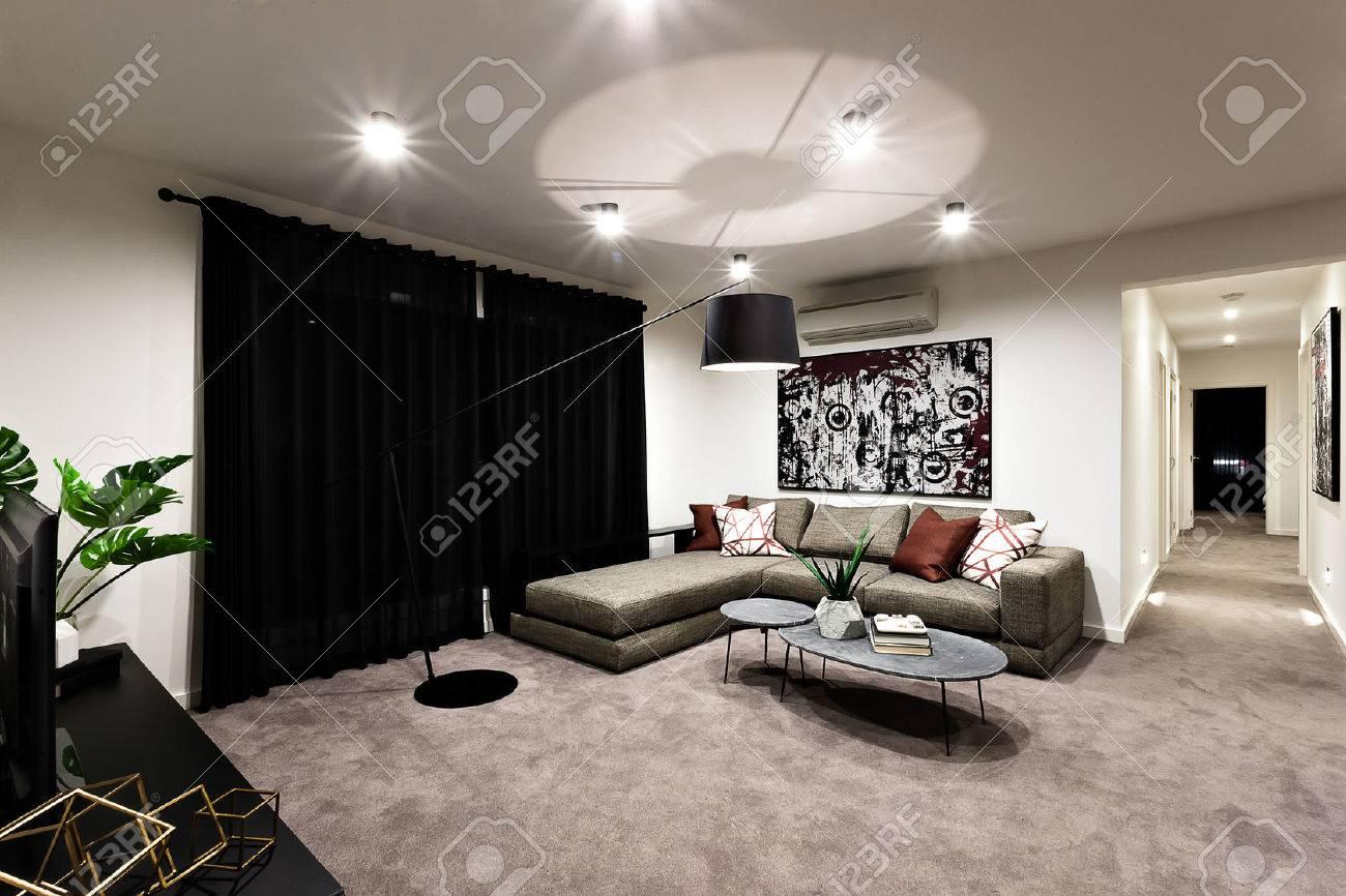 Modernes Wohnzimmer Mit Raum Und Flur Gehören Ein Schwarzer Vorhang ...