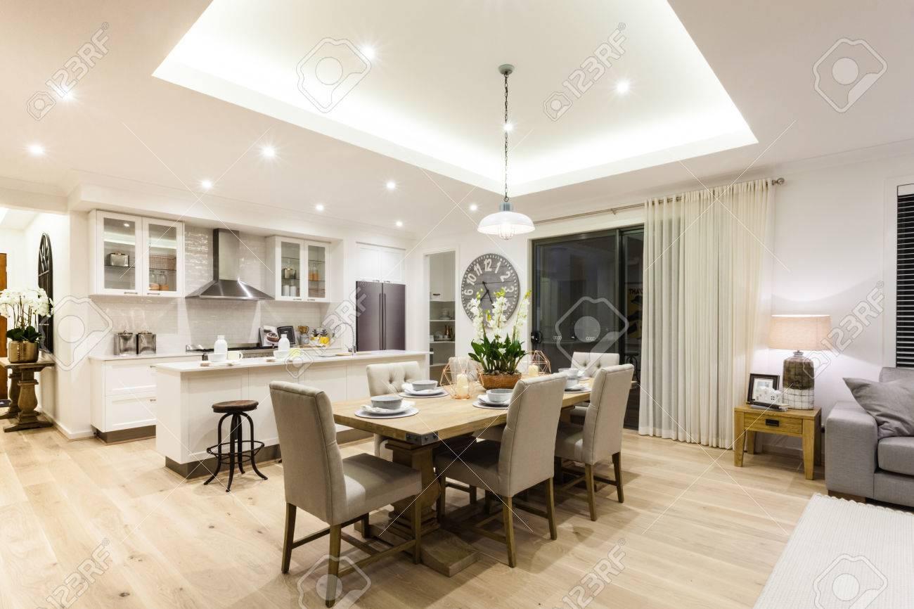 Moderne Wohnzimmer Und Eine Küche Mit Einem Holzboden In Der Nacht ...