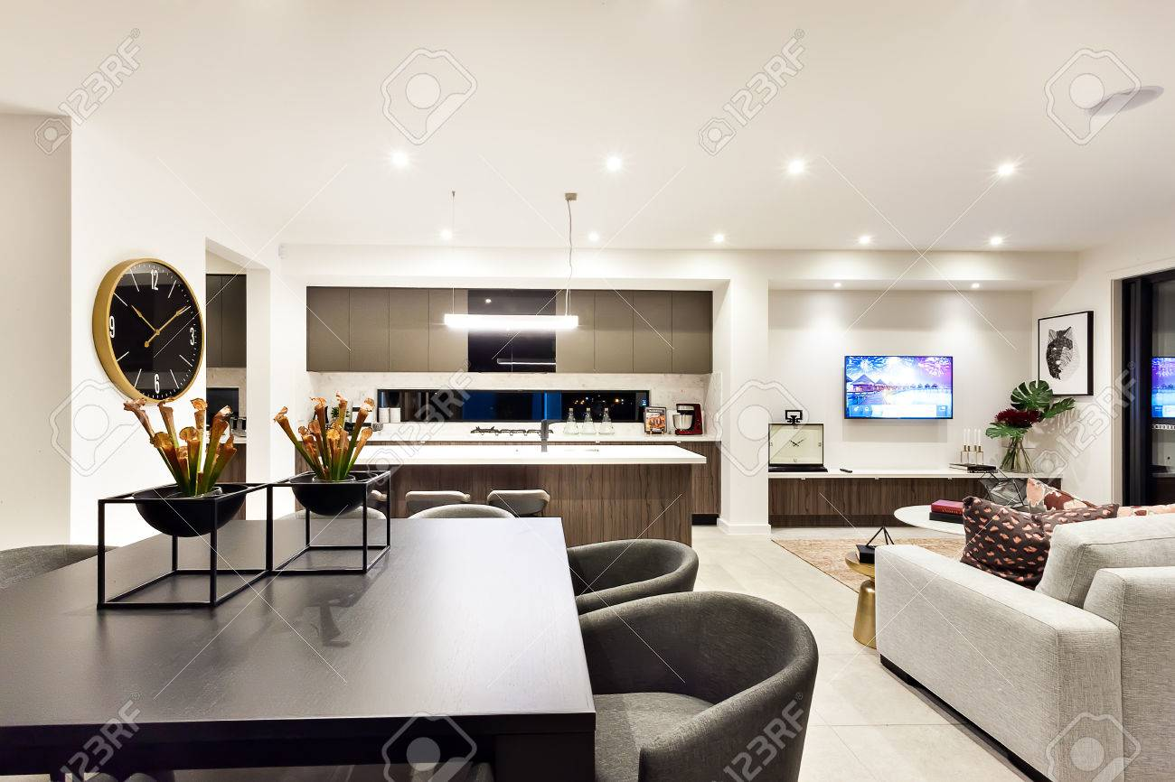 Modernes Wohnzimmer Mit Einem Fernseher Neben Abendessen Und Küche ...