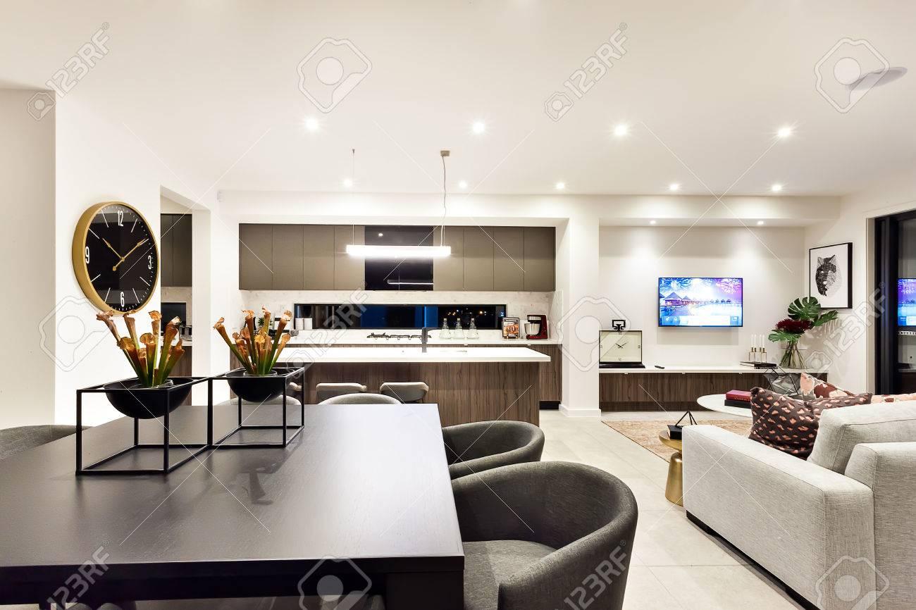 Ordinaire Banque Du0027images   Salon Moderne Avec Une Télévision à Côté Dîner Et Cuisine,  La Table à Manger A Des Usines De Création Et De Fantaisie Faits.