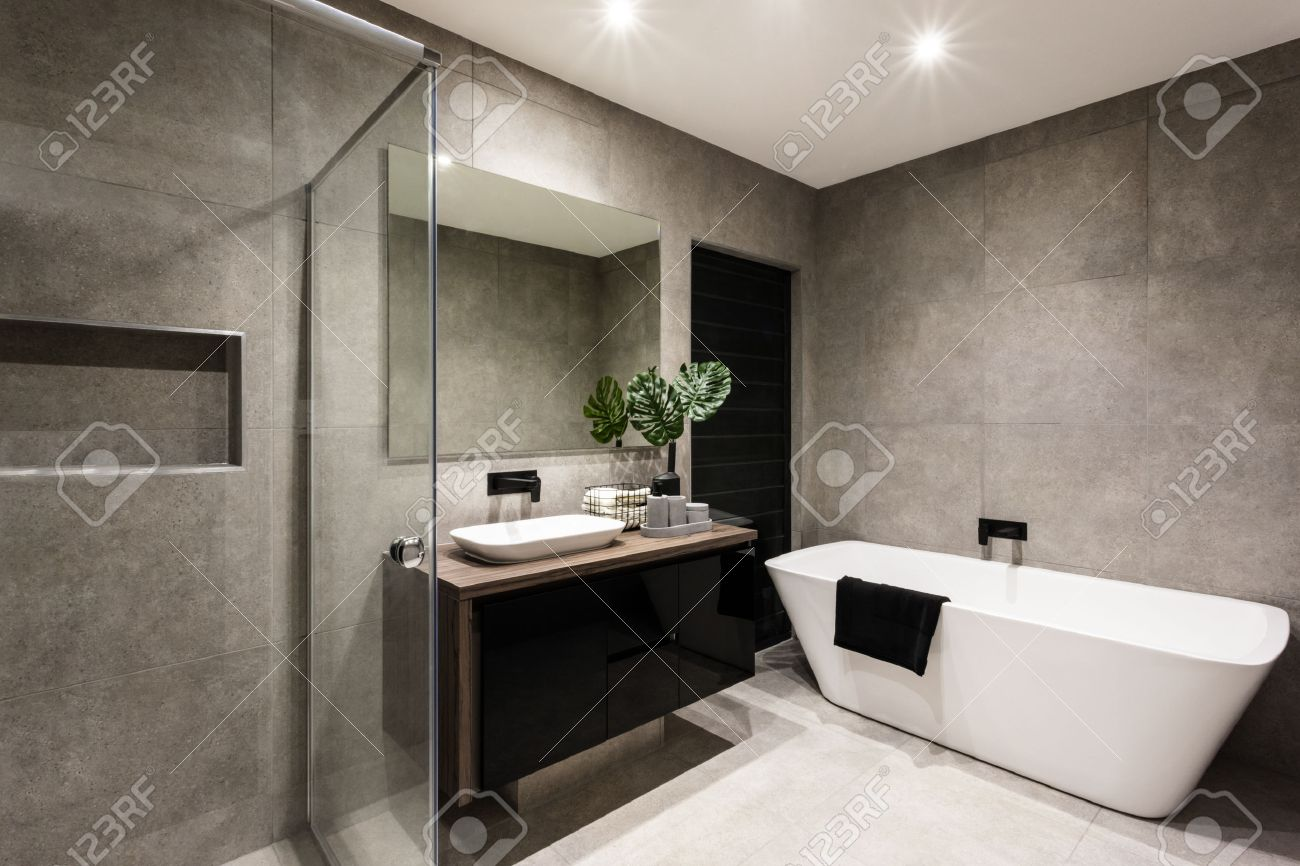 Cuarto De Baño Moderno Con Una Zona De Ducha Y Bañera Que Incluye Un ...