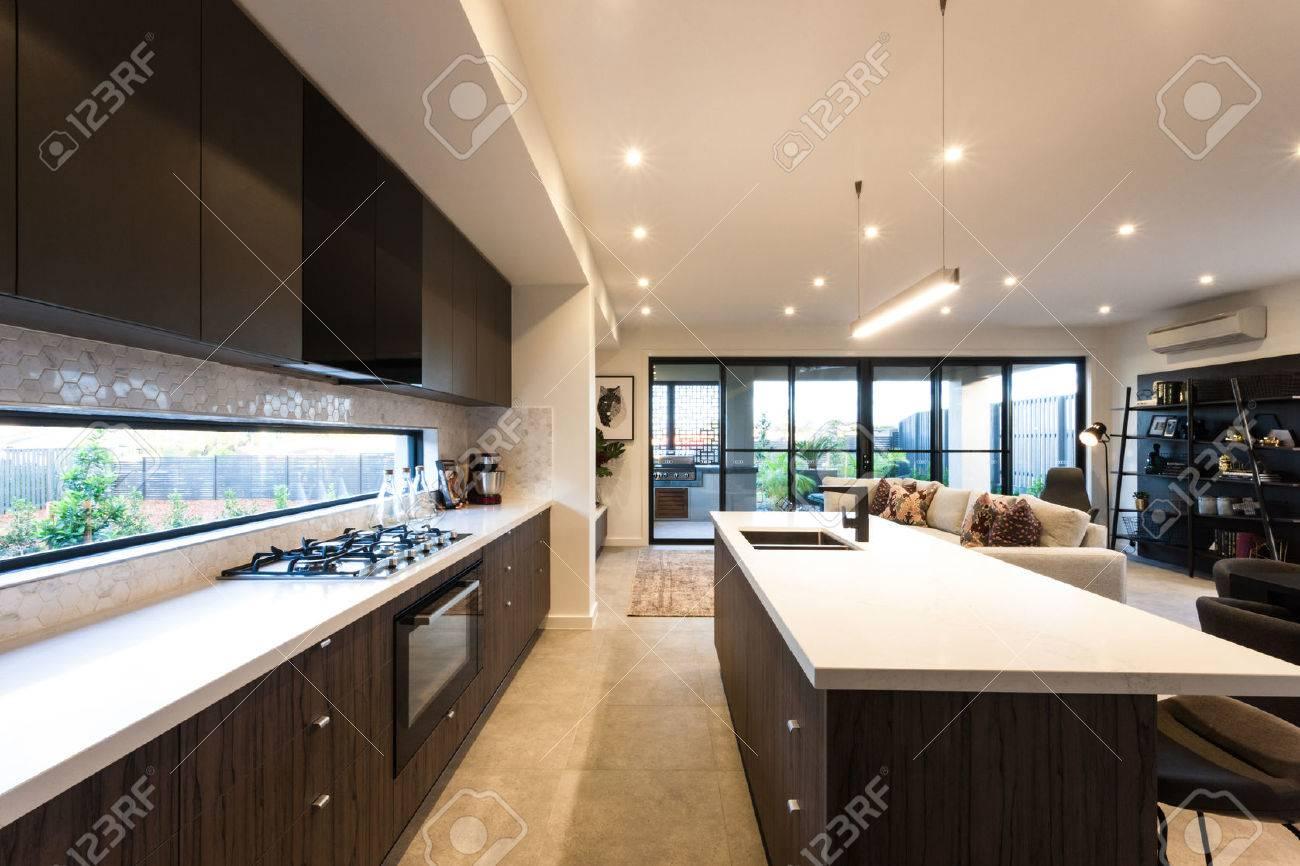 Moderne Küche Mit Deckenleuchten Am Tag Zeit Beleuchtet, Ist Es Eine ...