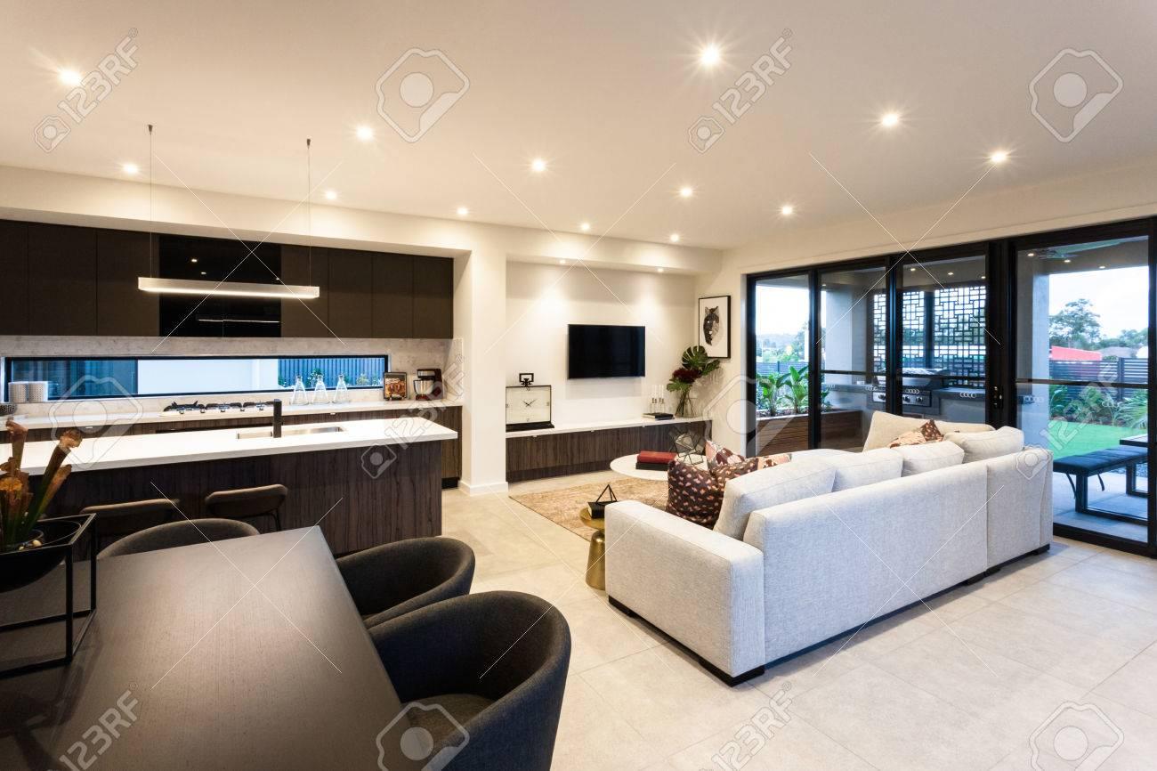 Modernes Wohnzimmer Und Essbereich Neben Terrasse Eingang Von Der  Außenseite Eines Modernen Hauses Standard Bild